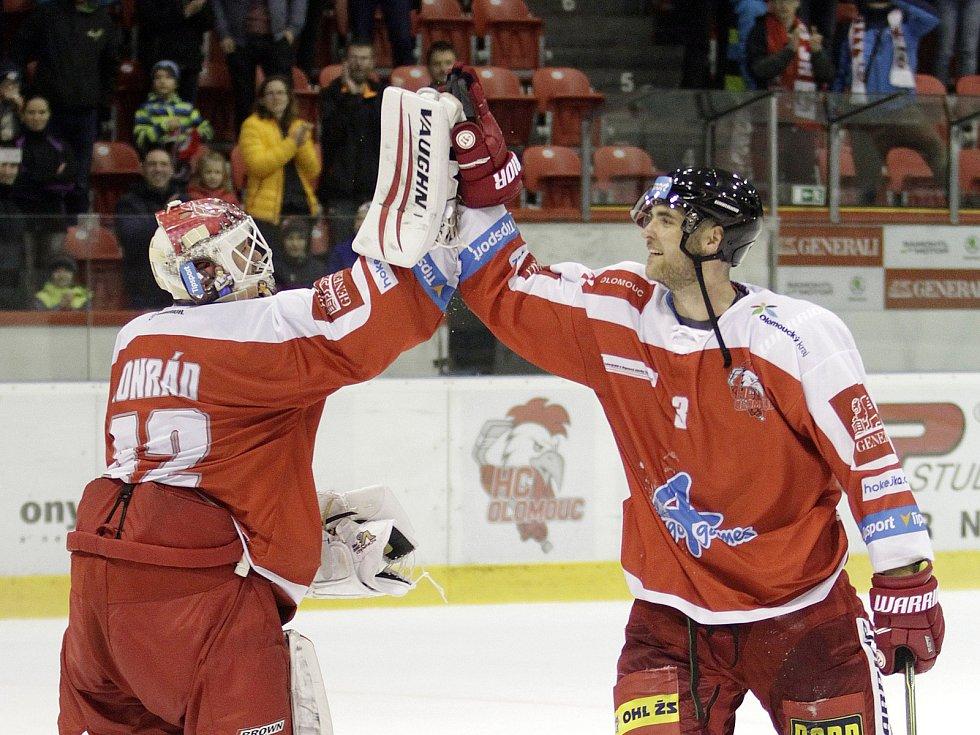 Olomoučtí hokejisté (v červeném) porazili Plzeň 5:0. Branislav Konrád a David Škůrek
