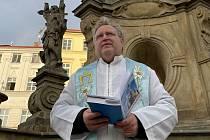 Modlitba za konec pandemie u mariánského sloupu na Dolním náměstí v Olomouci, 8. března 2021