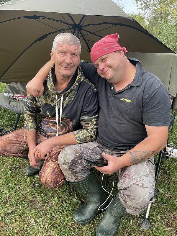 Michal Staněk z Olomouce (vpravo) ulovil v neděli večer na Poděbradech kapitálního sumce. Na snímku s Josefem Faltýnkem, který mu pomohl dostat dravce z vody, 27. září 2021