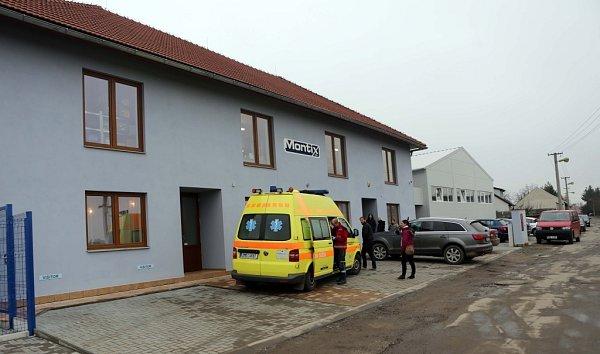 Unikající oxid uhelnatý přiotrávil vpondělí po deváté hodině ráno dvanáct zaměstnanců firmy Montix, a.s. vHorce nad Moravou, kteří byli odvezeni do Fakultní nemocnice Olomouc knásledné péči.