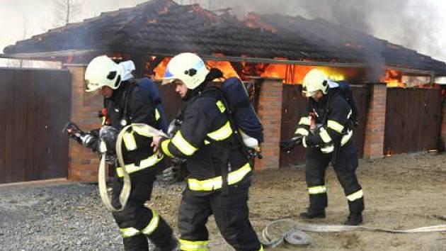 Požár přístřešku rodinného domu v Samotiškách