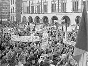 Demonstrace na Horním náměstí. Listopad 1989 v Olomouci