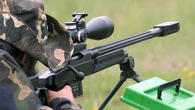 Odstřelovač v pozici.