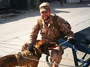 Jan Schneeweiss s americkým pracovním psem. Se psy a jejich psovody čeští vojáci v Afghánistánu spolupracovali při prohledávacích operacích základny poté, co došlo v listopadu 2016 k sebevražednému útoku na základnu Bagram.Autor: