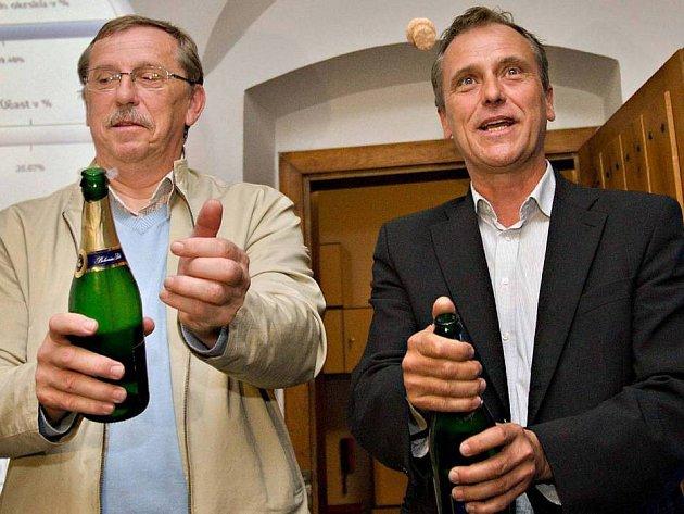 Oslavy vítězství ve volební štábu ČSSD v Olomouci - vpravo lídr kandidátky  Jiří Rozbořil 64de355cb4