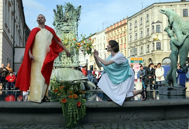 U květinami ozdobené Arionovi kašny se hrálo hudebně dramatické představení Flora Vivat.