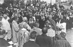 SLAVNÝ RODÁK LEOPOLD PREČAN. Páter František Šoupal (zády uprostřed) vítá ve Velkém Týnci arcibiskupa Leopolda Prečana, týneckého rodáka, který na své rodiště nikdy nezapomněl.