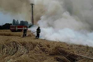 Požár pole s obilím v olomouckých Chválkovicích, 11. 7. 2019