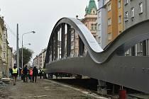 """Na Masarykově třídě v Olomouci začalo přesouvání konstrukce nového mostu přezdívaného """"Rejnok"""" nad řeku Moravu, 10. 12. 2020"""