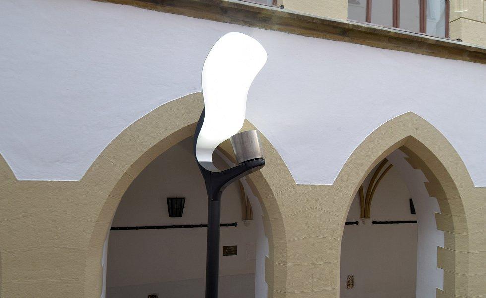 """Funkční model neobvyklé lampy lidově zvaný """"plácačka"""" na nádvoří olomoucké radnice. Tyto lampy by mohly vystřídat nynější veřejné osvětlení na Horním náměstí"""