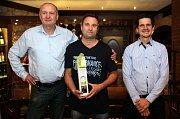 Zástupci Deníku ocenili úspěšné soutěžící hry Fortuna Tip liga v olomoucké restauraci M3 - Tomáš Doubrava, Petr Müller, Prostějov, David Karola