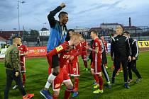 Olomoučtí fotbalisté (v červeném) porazili Znojmo 4:1 a slavili postup do první ligy