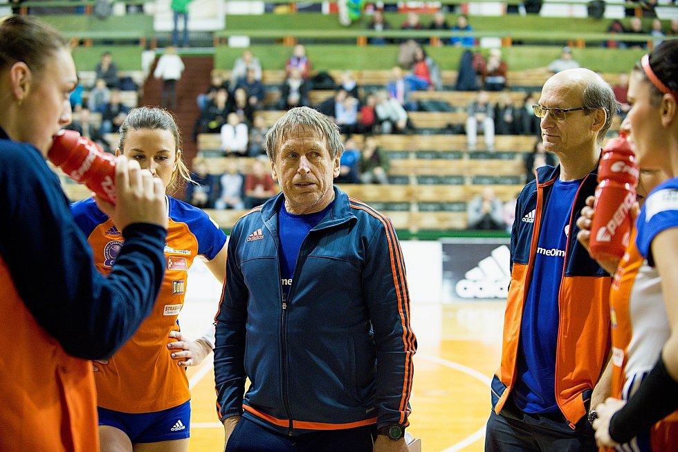 Volejbalistky Olomouce (v oraznžové) porazily Přerov 3:0.
