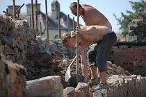 Na opravě další dochované části městských hradeb v Uničově, pracují v těchto dnech zaměstnanci specializované stavební firmy.