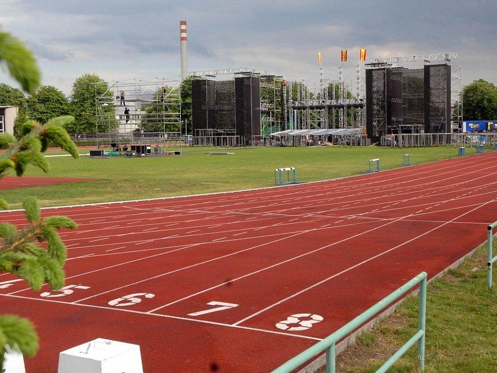 Na atletickém stadionu vyrostlo obří pódium.