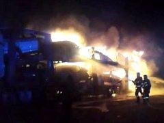 Požár kamionu převážejícího auta na R35 u Přáslavic