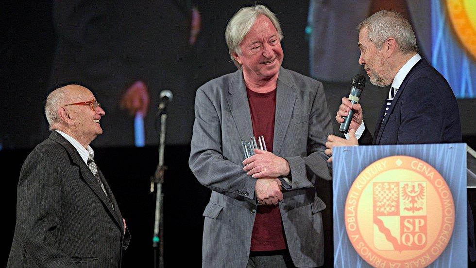 Vladimír Čapka (vlevo) - Cenu za výjimečný počin roku na poli divadla předal Jiří Lábus