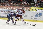 Olomoučtí hokejisté (v bílém) porazili Chomutov 1:0. Roman Vlach střílí.