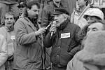 Sametová revoluce 1989 v Olomouci - u mikrofonu budoucí rektor Univerzity Palackého Josef Jařab. Demonstrace za odchod sovětské armády z Olomouce