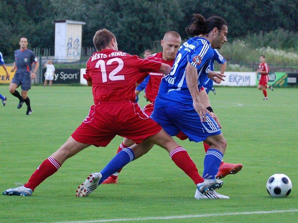 Olomoucký záložník Daniel Rossi (č. 8) bojuje s přesilou.