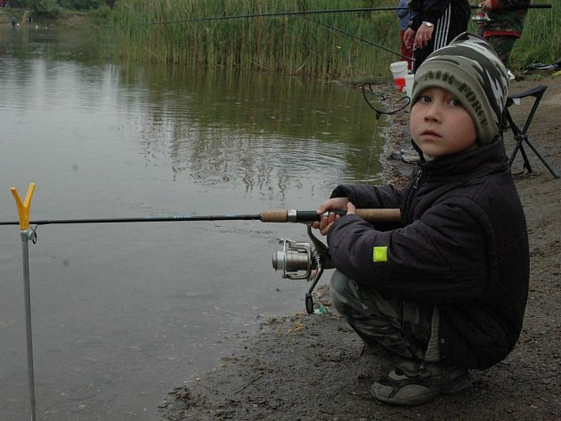 Malý rybář u vody.