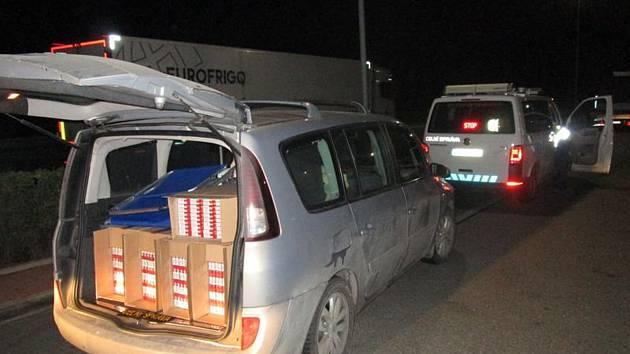 Žena v osobním vozidle pašovala 150 tisíc kusů cigaret.