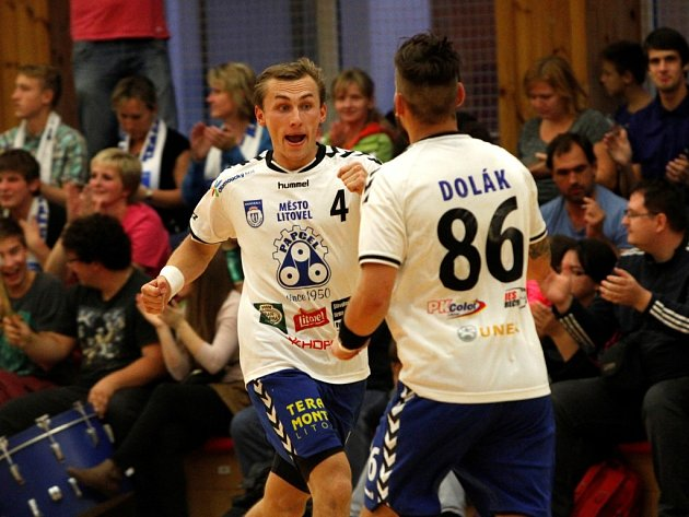 Házenkáři Litovle (v bílém) podlehli v domácím zápase Plzni 19:25.