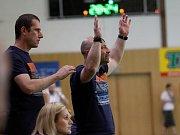 Zora (v tmavém) prohrála se Slavií první zápas o bronz 27:28.
