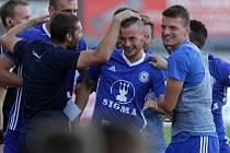 Pavel Moulis (uprostřed) slaví vítězný gól