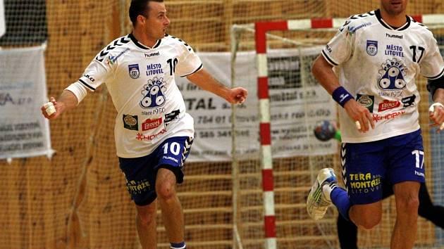 Házenkáři Litovle (v bílém) proti Brnu - Marek Šuba (vlevo)