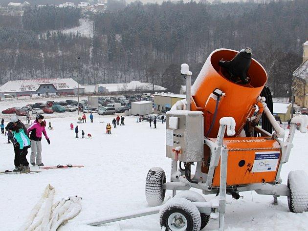 Lyžování v Hlubočkách - 2. ledna 2016 - Na svah vyrazili lyžaři, snowboardisté i malý otužilci na bobech a na saních.