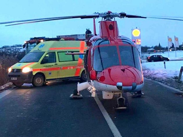 Záchranáři a hasiči zasahují u srážky dvou auta u Krčmaně