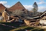 V Olšanech u Prostějova spadla střecha domu na zaparkované auto a karavan. Následky silného větru v Olomouckém kraji, 10.2.2020