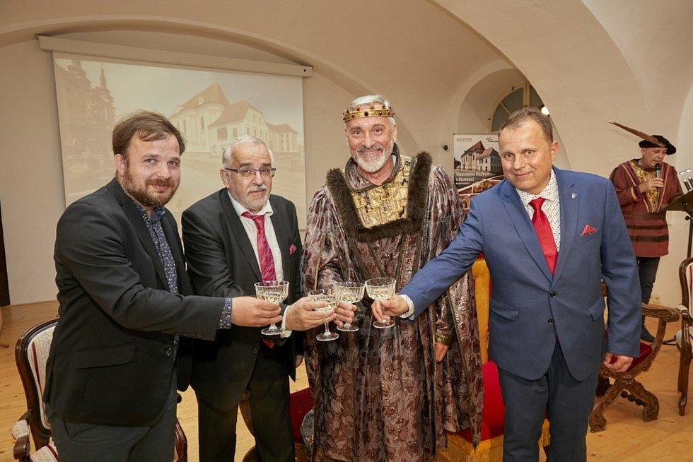 Výstavu korunovačních klenotů ve Vlastivědném muzeu Olomouc otevřel herec Jan Čenský.
