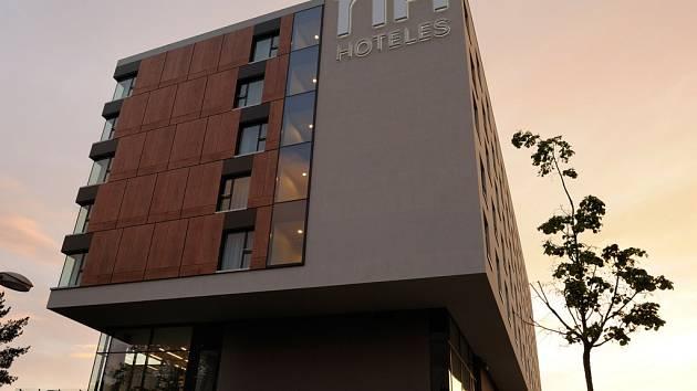 Olomoucký NH Olomouc Congress hotel nabízí v tuto chvíli podle hodnocení návštěvníků nejlepší služby ze všech hotelů této španělské značky na světě. Nikde jinde nebyli hosté v roce 2013 tak spokojeni s hotelovým zázemím a kvalitou nabízených služeb.