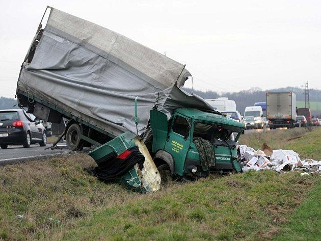 Dopravní nehoda dvou nákladních vozidel.