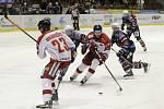 Olomoučtí hokejisté (v bílém) porazili Chomutov 1:0. Jan Knotek (uprostřed).