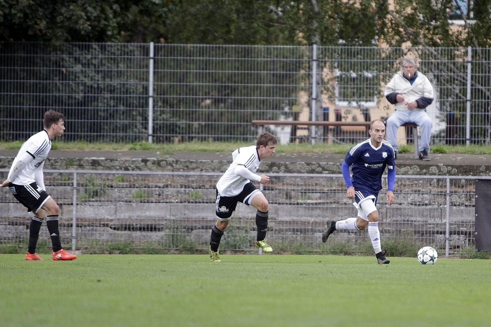Fotbalisté Uničova remizovali s Rýmařovem (v bílém) 1:1. Pavel Jeřábek (vpravo)