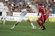 Olomoučtí fotbalisté (v červeném) remizovali se Slováckem 0:0Jan Navrátil (vlevo) a David Houska