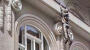 Kinetická socha Davida Černého na římse Muzea umění v Olomouci