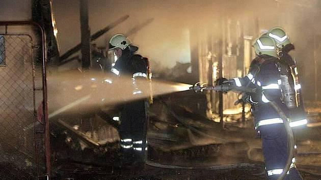 Hasiči zasahují u požáru lazecké střelnice