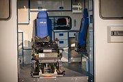Nový sanitní vůz pro přepravu extrémně obézních pacientů olomoucké fakultní nemocnice