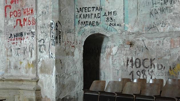 V kostele zůstaly nápisy v azbuce po vojácích.