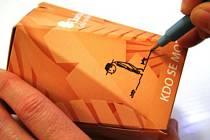 Věřící do postních krabiček, takzvaných postniček šetří peníze pro druhé za sladkosti, alkohol a další věci, které si dokáží v době půstu  odepřít. AUTOR: Arcidiecézní charita Olomouc