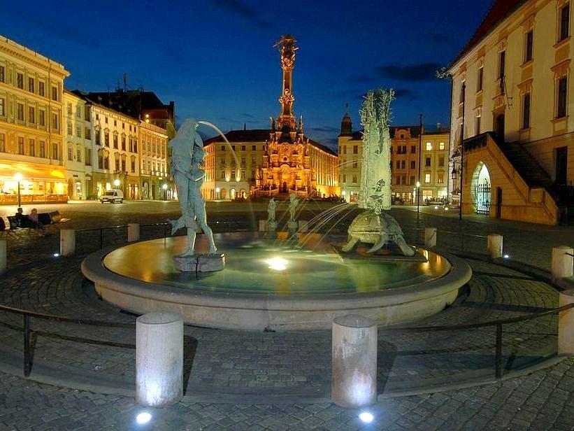 Horní náměstí v Olomouci s Arionovou kašnou a Sloupem Nejsvětější Trojice.