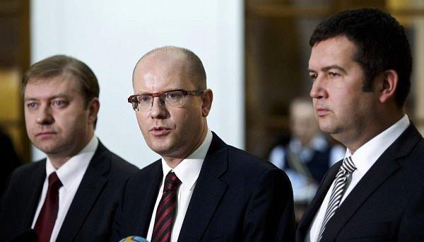 Zleva šéf poslaneckého klubu ČSSD Roman Sklenák, předseda strany a premiér Bohuslav Sobotka a předseda Poslanecké sněmovny a místopředseda ČSSD Jan Hamáček