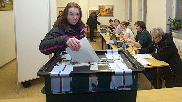 První den voleb, lidé přicházejí do volebních místností