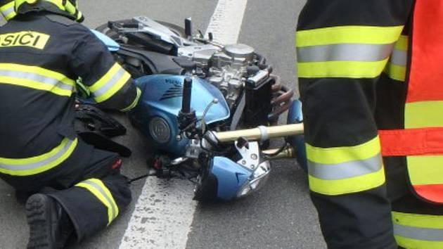 Mladý motorkář v Brně podklouzl, spadl a těžce se zranil. Je v nemocnici