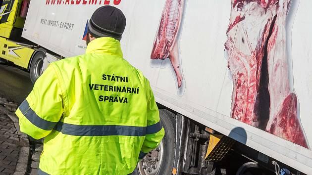 Kontrola převáženého masa. Ilustrační foto
