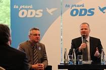Jednička kandidátky ODS do eurovoleb Jan Zahradil (zleva) a předseda strany Petr Fiala (vpravo) před svými příznivci.